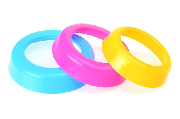 Kolorowe obręcze plastikowe dla dzieci na białym tle.