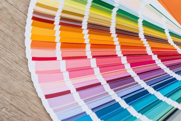 Kolorowe okazy leżą na drewnianym stole