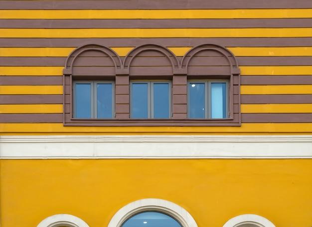 Kolorowe okna i ściany architektury śródziemnomorskiej