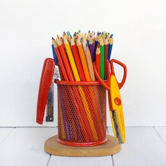 Kolorowe ołówki białe tło