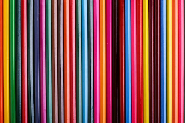Kolorowe ołówki leżą w rzędzie