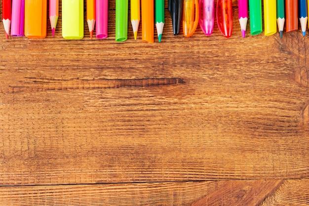 Kolorowe ołówki, markery i długopisy z miejsca na kopię. powrót do koncepcji szkoły