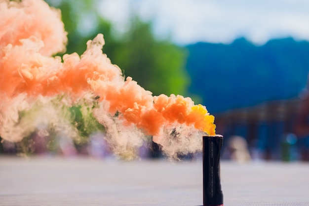 Kolorowe orenge dymne bomby w akcji