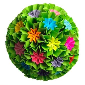 Kolorowe origami kusudama z tęczowych kwiatów na białym tle