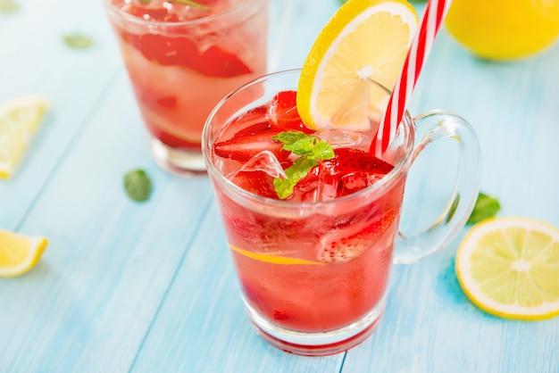 Kolorowe orzeźwiające napoje orzeźwiające na lato,