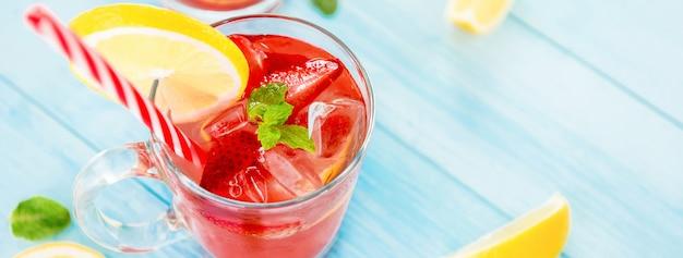 Kolorowe orzeźwiające napoje z truskawek lemoniady na lato