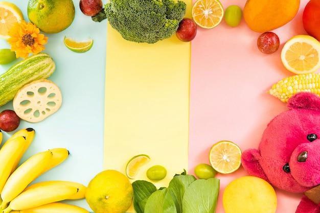 Kolorowe owoce i warzywa oraz misia