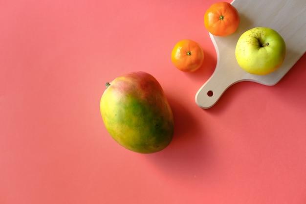 Kolorowe owoce w tle.