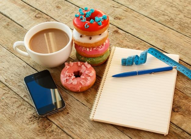 Kolorowe pączki i notatnik