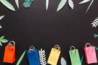 Kolorowe paczki i zdobione liście