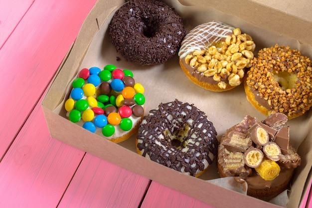 Kolorowe pączki w pudełku