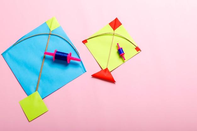 Kolorowe papierowe kanie i sznurek, makar sankranti festiwalu pojęcie