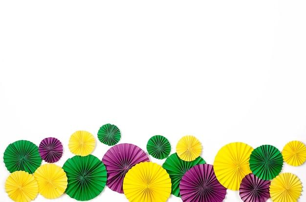 Kolorowe papierowe konfetti, karnawałowa maska i kolorowy serpentyna na białym tle