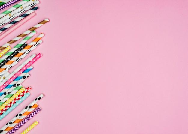 Kolorowe papierowe słomki kopia przestrzeń