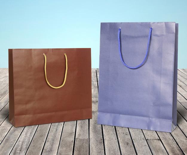 Kolorowe papierowe torby na zakupy na drewnianej podłodze