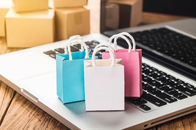 Kolorowe papierowe torby na zakupy w wózku pomysły na temat uzależnienia od zakupów online