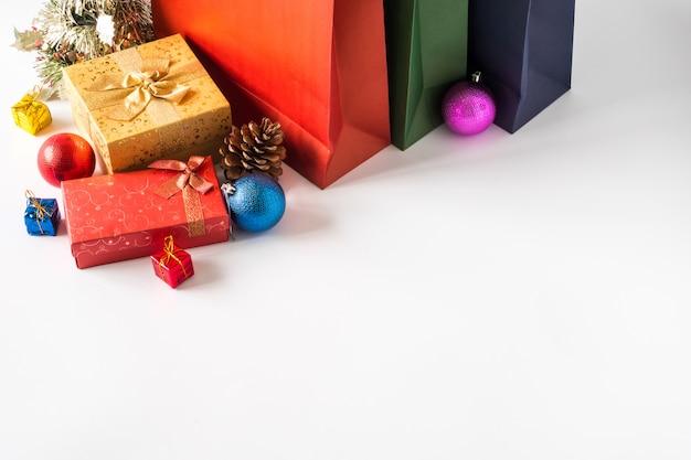 Kolorowe papierowe torby na zakupy z pudełka i świąteczne dekoracje