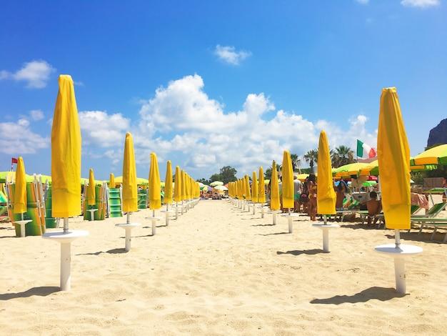 Kolorowe parasole na plaży w słoneczny letni dzień