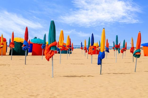 Kolorowe parasole punkt orientacyjny słynnego kurortu deauville beach w normandii w północnej francji wakacje letnie