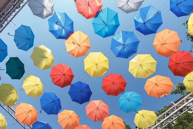 Kolorowe parasole tło. kolorowe parasole na niebie. dekoracja uliczna.