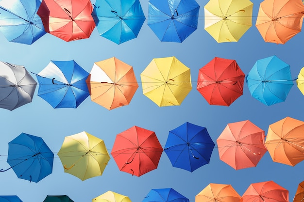 Kolorowe parasole tło. kolorowe parasole na niebie
