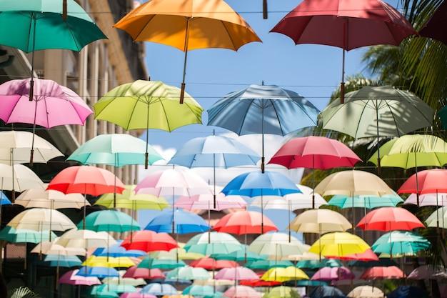 Kolorowe parasole unoszące się nad ulicą. dekoracja uliczna.