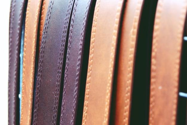 Kolorowe paski skórzane na stojaku z bliska