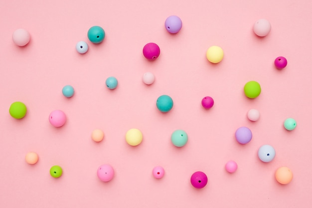 Kolorowe pastelowe koraliki. dziewczęca minimalistyczna kompozycja