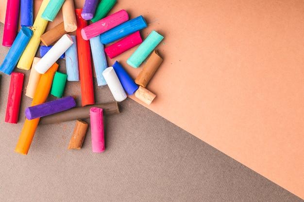 Kolorowe pastelowe kredki artystyczne. ścieśniać