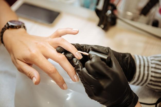 Kolorowe paznokcie. piękna stylowa kobieta ubrana miała zegarek, którego paznokcie kolorowe odwiedzały salon kosmetyczny