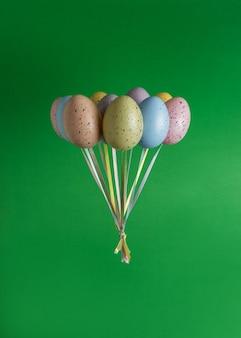 Kolorowe pęczek balonów pisanka na zielono.