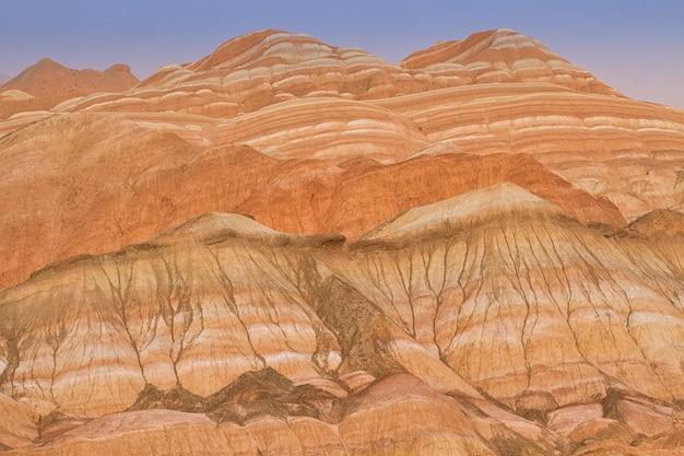 Kolorowe piaskowcowe góry w chiny