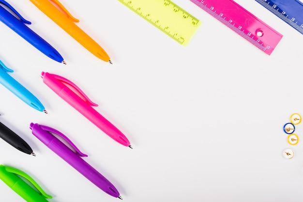 Kolorowe pióra i linijki leżą po przekątnej