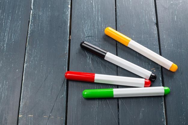 Kolorowe pisaki na tle drewna
