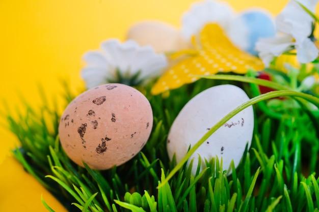 Kolorowe pisanki malowane nakrapiane jaja w koszyku.