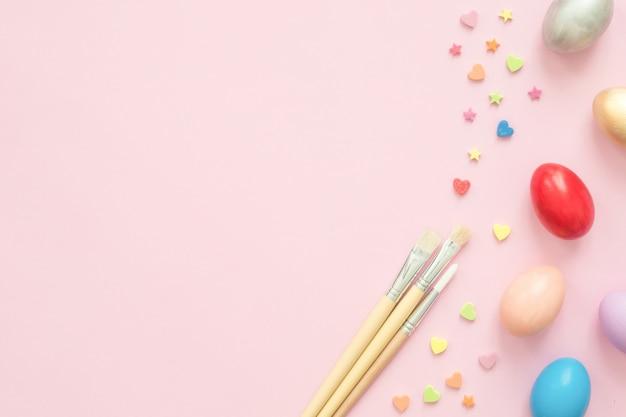 Kolorowe pisanki malowane w pastelowych kolorach składu z pędzlem