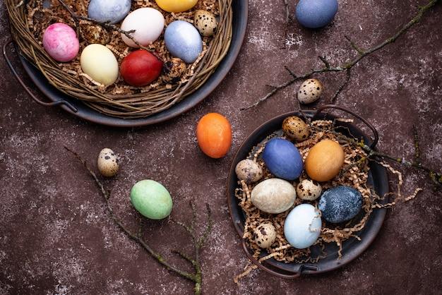 Kolorowe pisanki pomalowane naturalnym organicznym barwnikiem