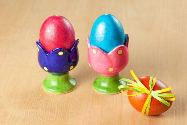 Kolorowe pisanki w kubkach jaj