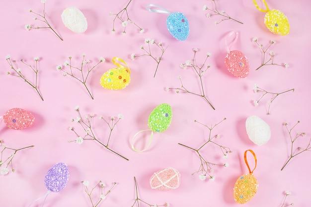 Kolorowe pisanki z białą łyszczecą na różowym tle