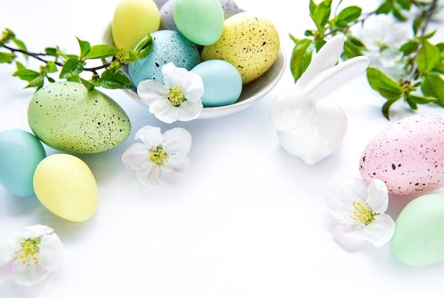 Kolorowe pisanki z wiosennych kwiatów