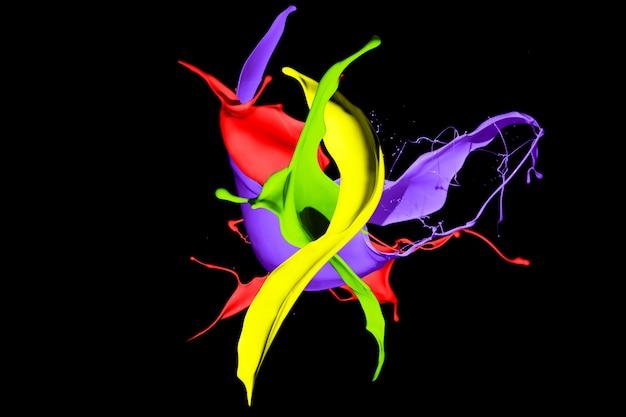Kolorowe plamy farby na białym na czarnym tle