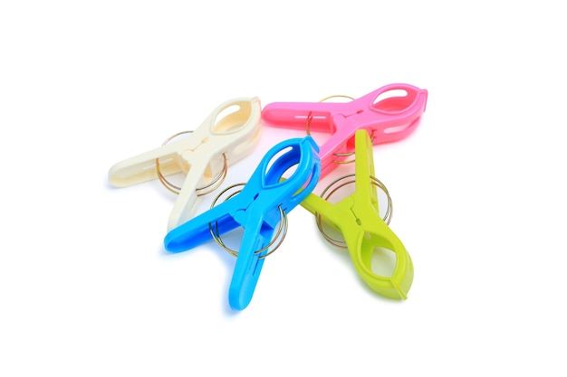 Kolorowe plastikowe clothespin na białym tle