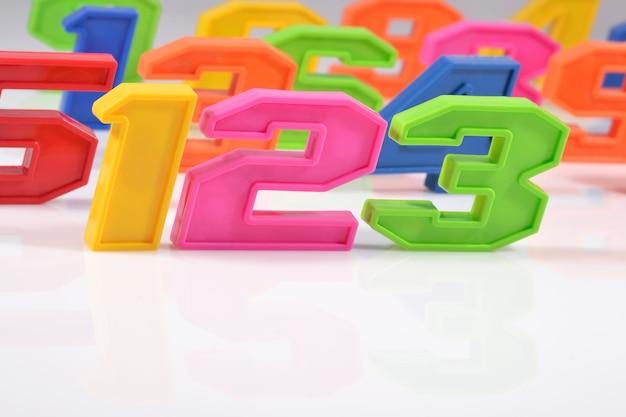 Kolorowe plastikowe cyfry 123 na białym