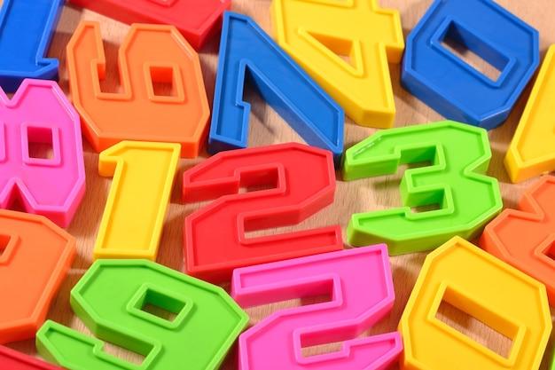 Kolorowe plastikowe cyfry 123