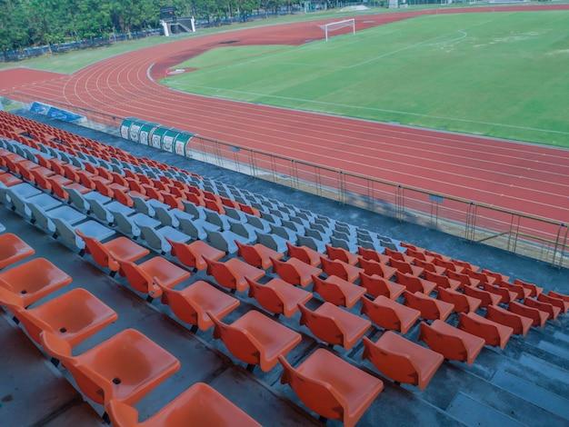 Kolorowe plastikowe fotele na stadionie.