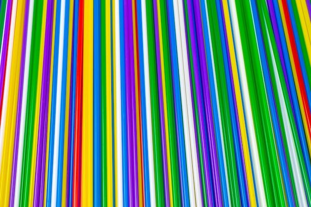 Kolorowe plastikowe kanaliki tło. widok z góry.