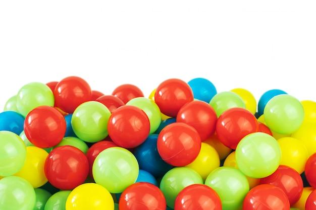 Kolorowe plastikowe kulki w basenie pokoju gier