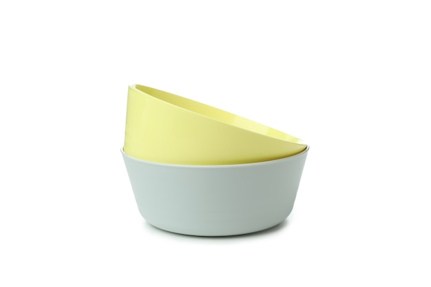 Kolorowe plastikowe miski na białym tle