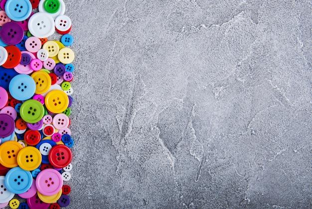 Kolorowe plastikowe przyciski odzieżowe