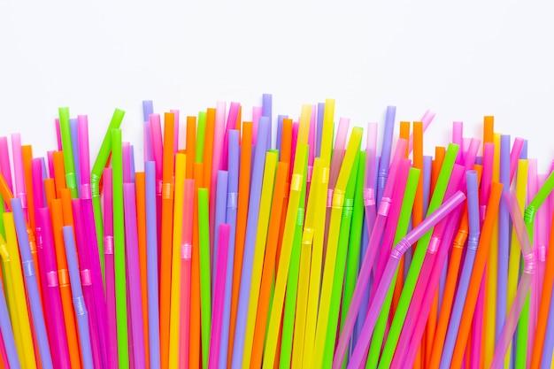 Kolorowe plastikowe słomki na białym tle